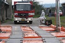Lechotické cvičení bylo příležitostí pro otestování nových ochranných obleků, záchranáři odzkoušeli i některé měřicí přístroje.