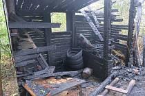 Dva hořící zanedbané objekty u Traplic hasily tři jednotky hasičů