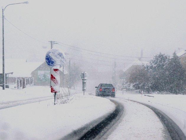 Husté sněžení komplikovalo život o velikonoční neděli na Slovácku hlavně řidičům.