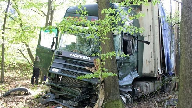 Při čtvrteční srážce autobusu s kamionem u Buchlovicu se zranilo 14 lidí. Nehoda se ale obešla bez vážnějších zranění, většinu lidí poranily střepy z proražených skel autobusu.