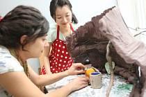 Natočit společný animovaný film přijeli do Zlína studenti ze všech koutů světa. Loutky vyrábějí z papíru či textilií.