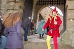 Bránu hradu Buchlova étevřel kastelán Rostislav Jošek v kostýmu kašpárka a slavnostně zahájil novou hradní sezonu. Otevření se zúčastnili také doboví šermíři, tanečníci i malý kastelánův synek Hanuš