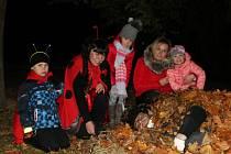 Brouka Mílu ve Strání zakryli peřinou z listí a uložili k zimnímu spánku.