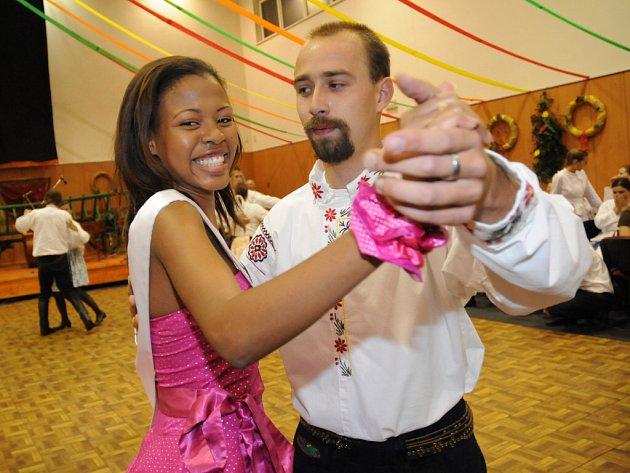 Hodové zábavy v Ostrožské Nové Vsi se účatnily i finalistky Miss Europe a World junior, které si zatančily s krojovanými mládenci.