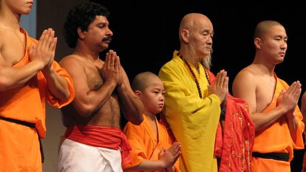 Mniši společně s kolegou s Indie se loučí s publikem.