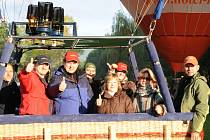 Novinářská posádka těsně před vzletem balonu ze Smraďavky.