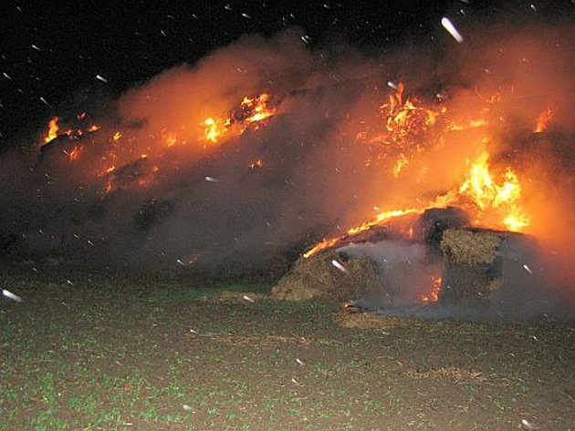 Boj s  ohněm byl v silném větru neúčinný, a tak hasiči po dohodě s majitelem nechali zbylou slámu dohořet.