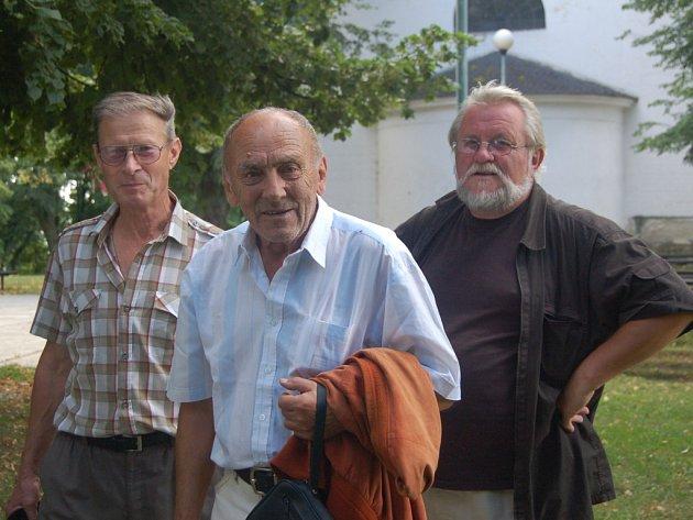 Na obhlídce v Náměšti na Hané Ladislav Lakomý (uprostřed) s Jiřím Jilíkem a místním pamětníkem Ladislavem Raškou (vlevo).