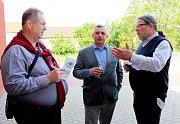 Alexandr Vondra na 10. ročníku výstavy vín ve Starém Městě (zcela vpravo) uprostřed Josef Bazala, vlevo Libor Karásek.
