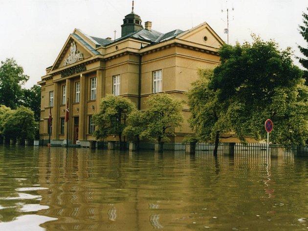 Budova zatopené (dnes Komerční) banky na ulici Svatováclavská v Uh. Hradišti.