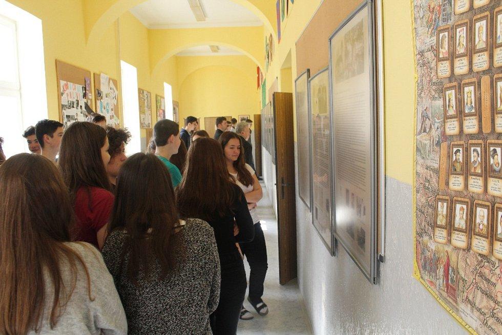 Vernisáž výstavy na Základní škole UNESCO představilo komunisty umučeného faráře Josefa Toufara.