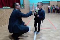 Nový školní rok přivítali i v Jarošovské tvořivé škole v Uherském Hradišti - Jarošově. Na snímku vítá prváčky pan ředitel Pavel Jančář. Jeden z chlapečků mu připomněl Harryho Pottera.