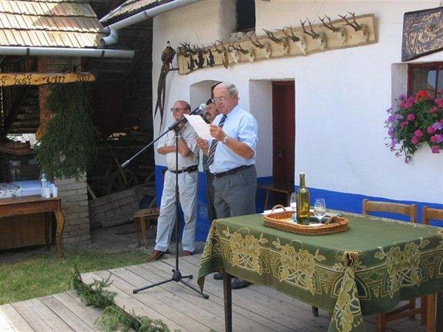 Zdeněk Jabůrek  (u mikrofonu) na oslavě výročí místního mysliveckého spolku. Tehdy byl ještě místostarostou.