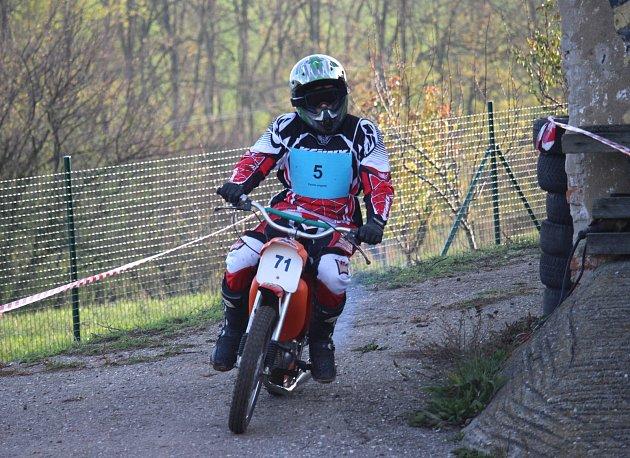 Mikulášský Fechtl Cup se v areálu bývalého statku v Břestku jel o měsíc dřív.Číslo 9 a samostatné fotky na motorce je Lukáš Krause.