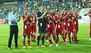 Hráči Sigmy s trenérem Jílkem se zdraví s fanoušky po zápase na Slovácku