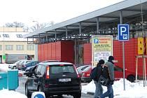 Na velkém parkovišti u vlakového nádraží řidiči v budoucnu zadarmo nezaparkují. Přibudou tam závory, jaké jsou například na parkovišti u autobusového nádraží.