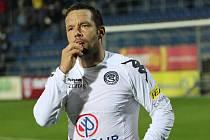 Pavel Horváth si kontroluje počet zubů.
