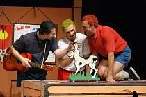 Za partu šestnáctiletých kluků se vydávají herci Slováckého divadla.