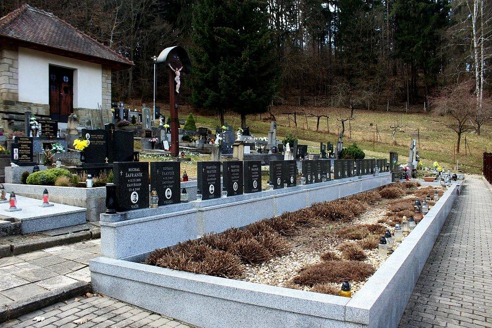 Vneděli 29.dubna 1945 došlo za Salaší knejhrůznějšítragédii vhistorii Uherskohradišťska. Hřbitov povražděných lidí  s památníkem.