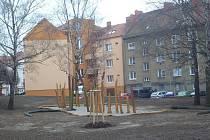 K oranžovému štítu posledního domu chce město přistavět ještě jeden objekt.