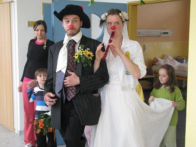 Svatba klaunů se konala na nemocniční chodbě. Role družiček se s chutí ujaly malé pacientky.