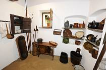 Expozice tradičního bydlení v Muzeu v přírodě Topolná se po více než půlroční odmlce otevřela návštěvníkům. Od podzimu roku 2018 tam musely být obnoveny hliněné omítky a podlahy v interiéru jizby, černé kuchyně, síně a komory.