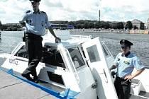 DOHLÍŽEJÍ NA BEZPEČÍ NA VLTAVĚ. Aleš Bohuslav (vlevo) a Petr Blažka z poříční policie vyrážejí každý den do terénu. Zde například kontrolují, jestli lidé v motorových člunech nepožili alkohol.