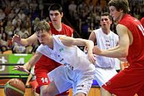MLÁDEŽNICKÝ BASKETBAL! Do finále prvního ročníku středoškolské ligy se probojovali hrači Gymnázia Přípotoční (v bílém) a Sportovního gymnázia Pardubice.