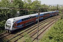 SLON VE MĚSTĚ. V Praze a okolí jezdí těchto souprav, mezi nádražáky nazývaných méně honosně ešus, třicet osm.