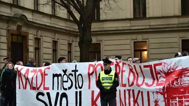 Demonstrace na podporu pražského autonomního sociálního centra Klinika.