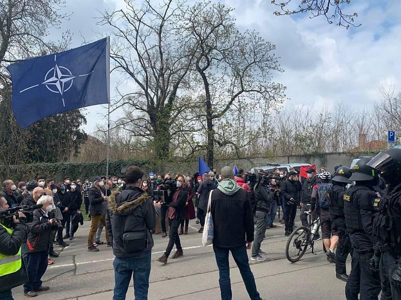 Demonstrace před ruskou ambasádou v Praze 18. dubna 2021.