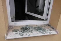 Výtržník rozbíjel okna.