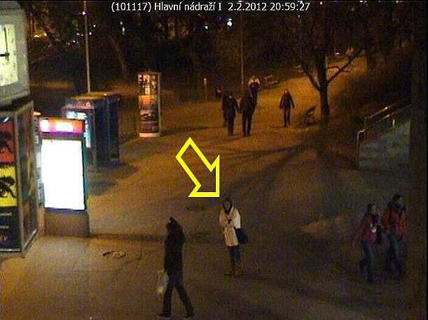 Původkyni bombové hrozby zachytily kamery