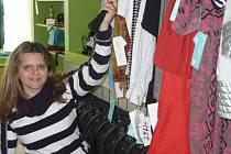 JANA PITELKOVÁ je jednou ze čtyř vozíčkářů-prodavačů, kteří díky Hvězdnému bazaru získali nové povolání