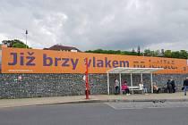 Reklama na železnici na letiště v Praze.