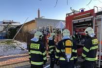 Hasiči zasahovali u požáru v Dolních Měcholupech.