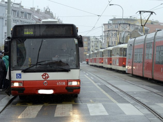 Tramvaje a autobus v Zenklově ulici. Ilustrační foto.