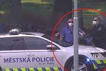 Dvojice souložila před hlavním nádražím, muž skončil v poutech.