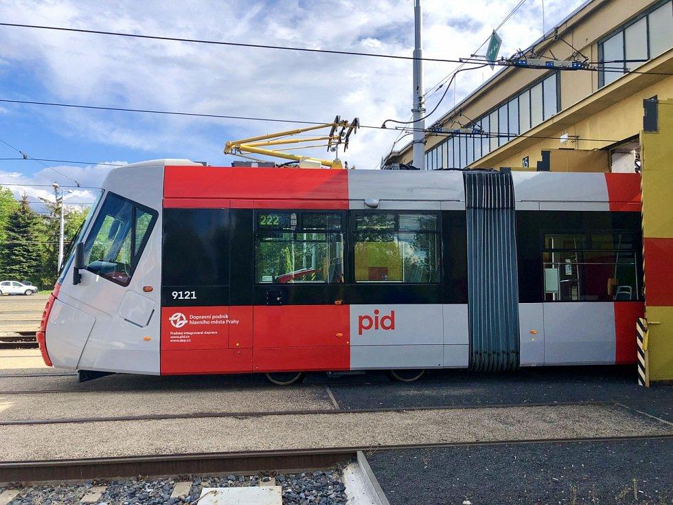 Tramvaj Škoda 14T v nové vizuální šedo-červené podobě Pražské integrované dopravy (PID).