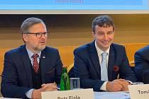 Tomáš Portlík (vpravo) se znovu stal předsedou pražské ODS. Vedle něj sedí šéf občanských demokratů Petr Fiala.