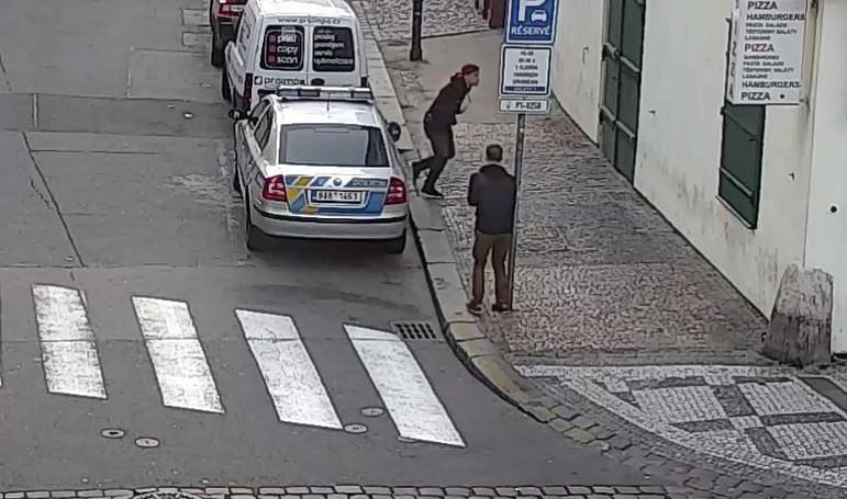 Mladíci se vyřádili na policejním autě.