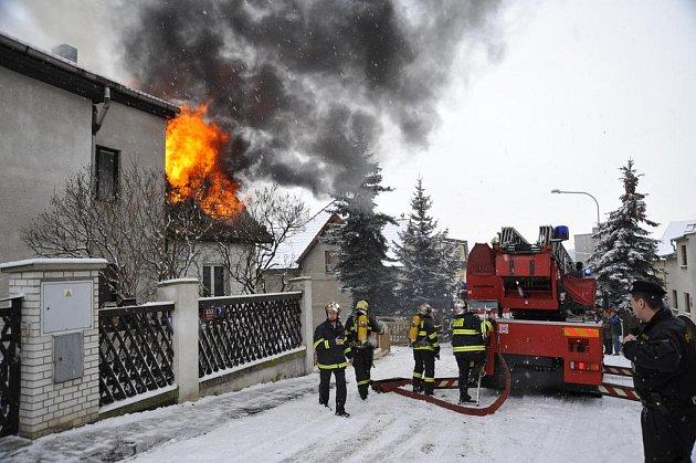 Požár rodinného domku. Po uhašení v něm hasiči našli mrtvého muže.