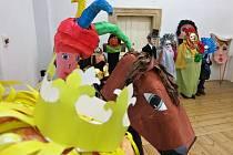 Žáci ze Základní školy Vodičkova v Praze 1 vyrobili velké masky představující Karla IV., jeho družinu a dvořany.