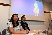 Praha (29. 6. 2017) – Nemocnice v Motole představila ve čtvrtek metodu léčby inkontinence neuromodulací pomocí neurostimulátoru (přístroje podobného kardiostimulátoru, který se implantuje nad hýždě). Na tiskové konferenci vystoupili první pacientka, 41let