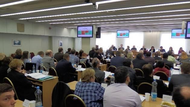 Jednání zastupitelstva Prahy 10 bylo v pátek 27. března 2015 bouřlivé kvůli IT zakázce za 150 milionů korun.