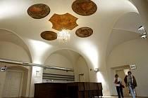 Dnes se návštěvníci Malostranské besedy mohou podívat i do míst, která v minulosti nebyla přístupná. Čekají je nově zrekonstruované prostory i nový zvon, který Beseda získala díky veřejné sbírce.