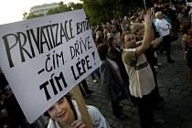 Demonstrace a podepisování peticí přineslo ovoce. Občanské sdružení za privatizaci a zlepšení podmínek bydlení v MČ Praha 2 se s radnicí dohodlo na dalším jednání.