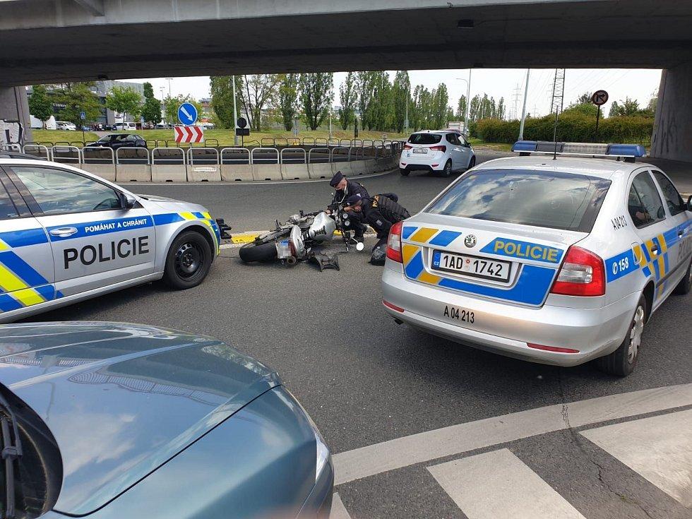 Policisté pronásledovali motorkáře. Ujížděl jim se zákazem řízení a pod vlivem drog.