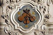 Dům U tří housliček. U roku 1667 patřil dům Otovi a Barboře loutnařům, po nich v něm jejich zeť Leonard Pradter vyráběl strunné nástroje pro hudebníky loretánského kostela, po jeho smrti se ujal dílny Tomáš Edlinger.