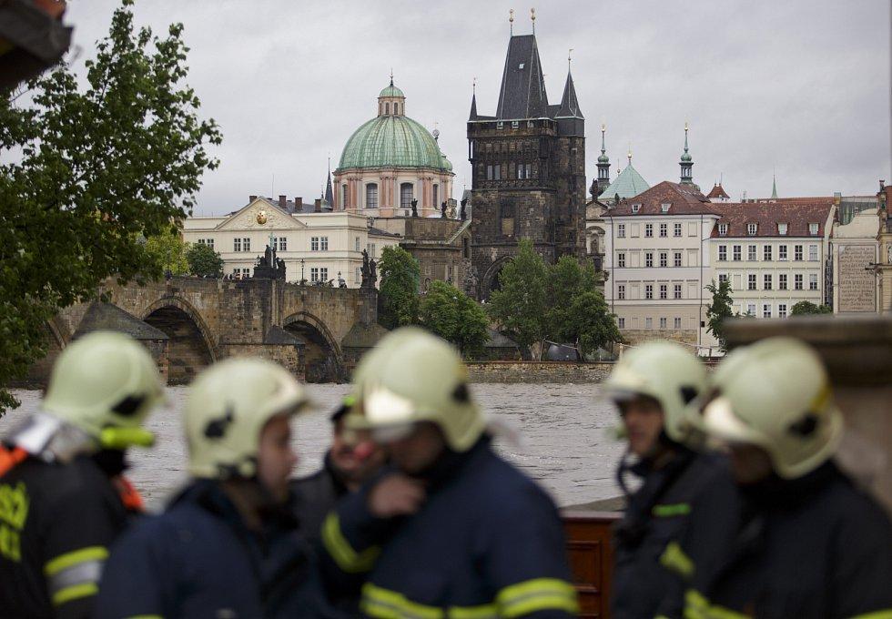 Hladina Vltavy stále stoupá, Prahu ohrožují povodně.